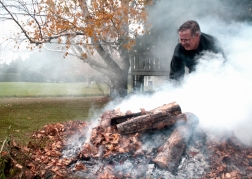 ASHBURN, Ont. (24/10/15) - They say that money doesn't grow on trees. Bill Howe is a financial advisor from Monday to Friday, but on a fall weekend he can be found tending to the fallen leaves on his Ashburn property.